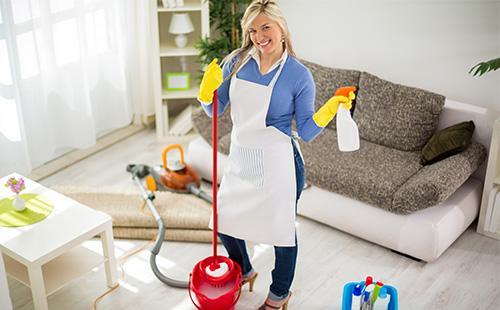 Žena, která dělá úklid