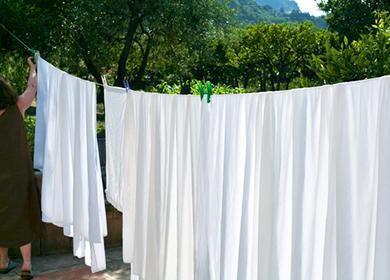 Бели чаршафи на въже