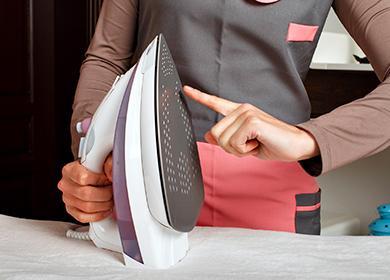 Žena se dotýká železa prstem