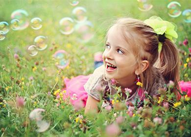 Dívka a mýdlové bubliny