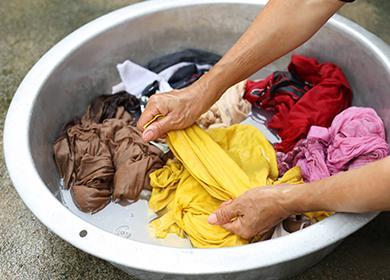 Пране на мръсни дрехи в леген