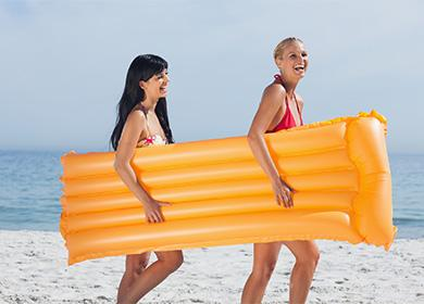 Момичетата носят въздушен матрак