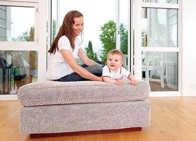 Máma a dítě si hrají na gauči