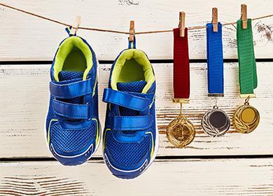 Modré tenisky visí na prádelní šňůře