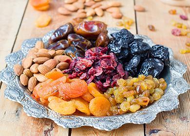 Směs různých sušených plodů na misce
