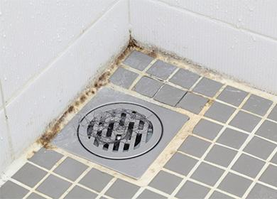 Špinavá podlaha ve sprše