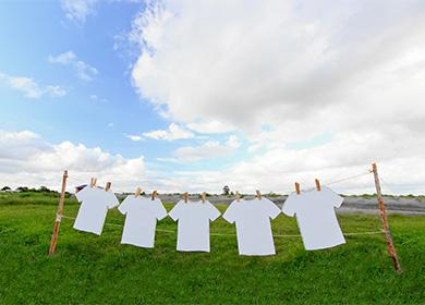 Белите тениски се сушат на въже
