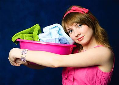 Момиче държи леген с мръсно бельо