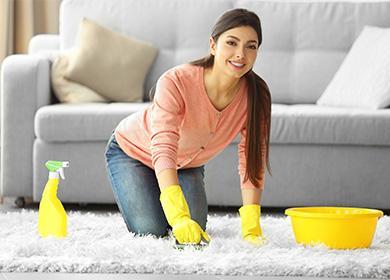 Žena myje koberec