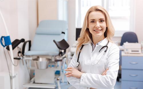 Hymyilevä gynekologi