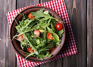 Тавичка със салата и рукола в чиния