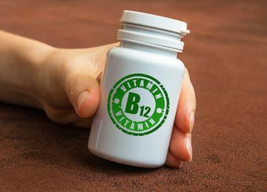 Kädessä on pullo, jossa on vitamiineja.