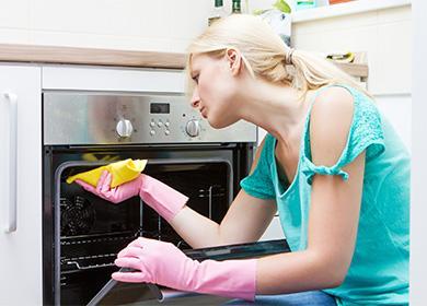 Žena myje troubu