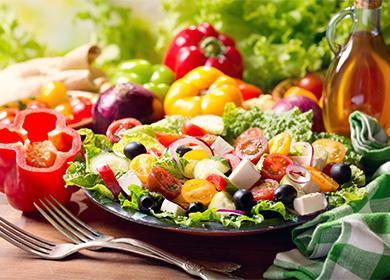 Řecký salát na talíři