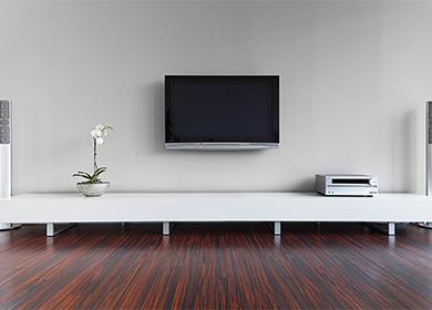 TV na zdi
