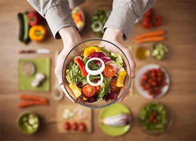 Зеленчукова салата в купа