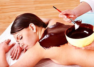Kosmetička aplikuje čokoládu