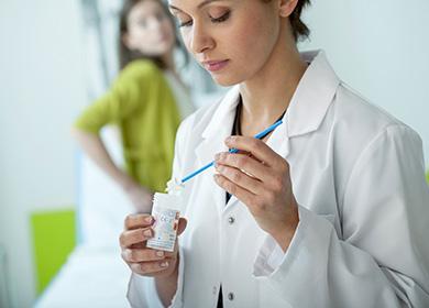 Gynekologi valmistautuu nuoren potilaan tutkimukseen