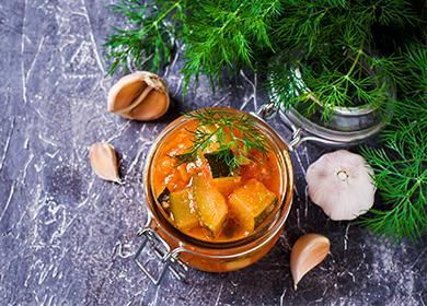Консервирани зеленчуци в буркан с чесън и клонки от смърч