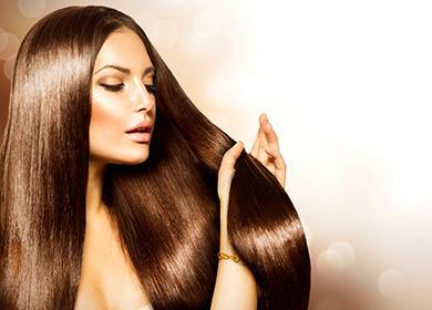 Жена докосва гъста коса