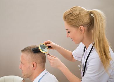 Лекарят изследва линията на косата
