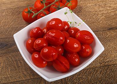 Мариновани сливови домати в чаша