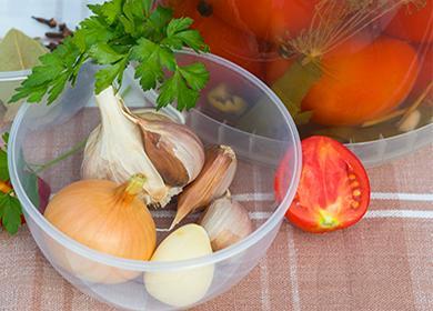 Домати, лук, чесън и билки за марината