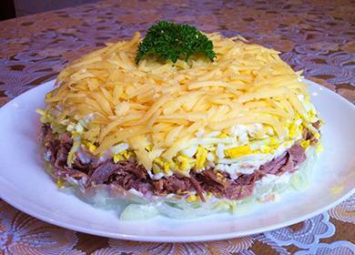 Месна салата, поръсена със сирене