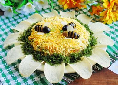 Salát zdobený jedlými včely.