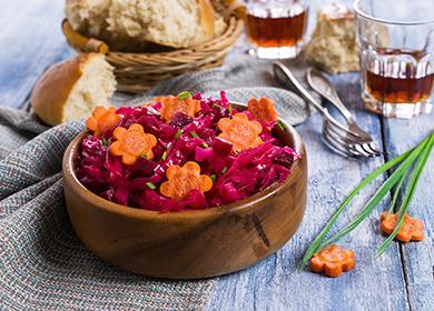Salát z červené řepy v dřevěné misce