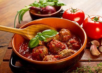 Miska masových kuliček s rajčaty