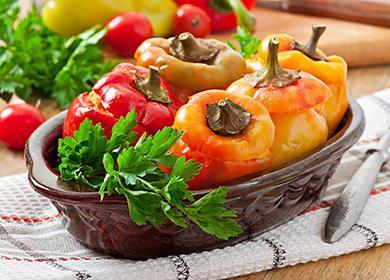 Бел пипер, пълнен с пиле, морков и домат