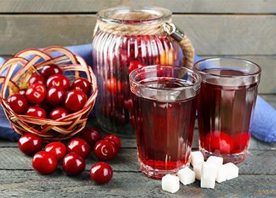 Kirsikkakompotti lasissa ja viipaleet puhdistettua sokeria