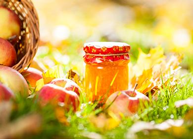 Буркана с ябълково сладко на тревата