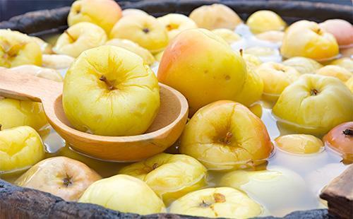 Kyllästetyt omenat tynnyrissä