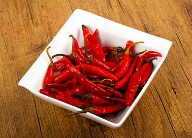 Červené papriky v čtvercové misce