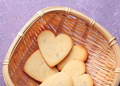 Бисквитки с форма на сърце в кошница
