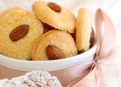 Бадемови бисквитки, украсени с розова панделка.