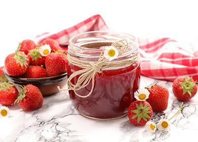 Jahodový džem ve sklenici na stole