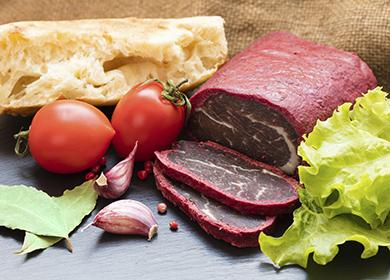 Uzené maso s chlebem, rajčaty a česnekem