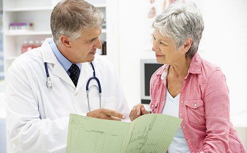 Lääkäri neuvoo potilasta