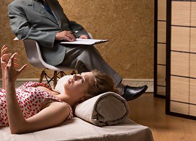 Tyttö istunnossa psykoterapeutin kanssa