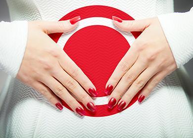 Hälyttävä punainen merkki naisen vatsassa