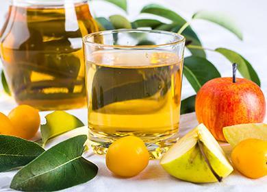 Sklenici ovocné šťávy