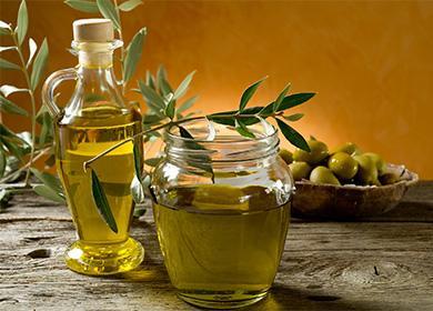 Olivový olej ve sklenici a láhev