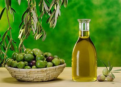 Зехтин в бутилка и чиния с маслини