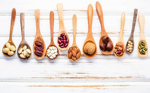 Puiset lusikat pähkinöiden kanssa