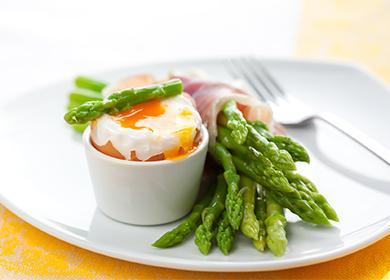 Аспержи с разбито яйце