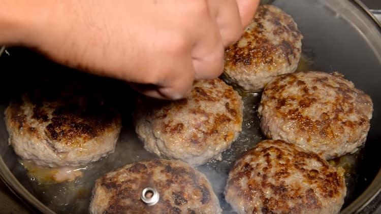 Je vhodné napařit mleté masové řízečky z hovězího a vepřového masa pod víko a do pánve nalít trochu vody.