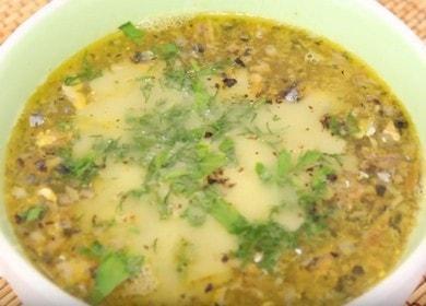 Příprava jednoduchého a rychlého receptu na rybí polévku z konzervovaných ryb s postupnými fotografiemi.